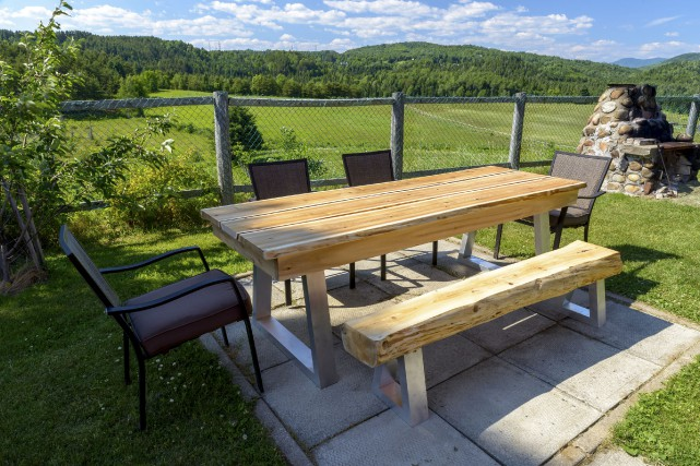Une table et un banc d'extérieur de cèdre... (Fournie par Jérémie Leblond-Fontaine)