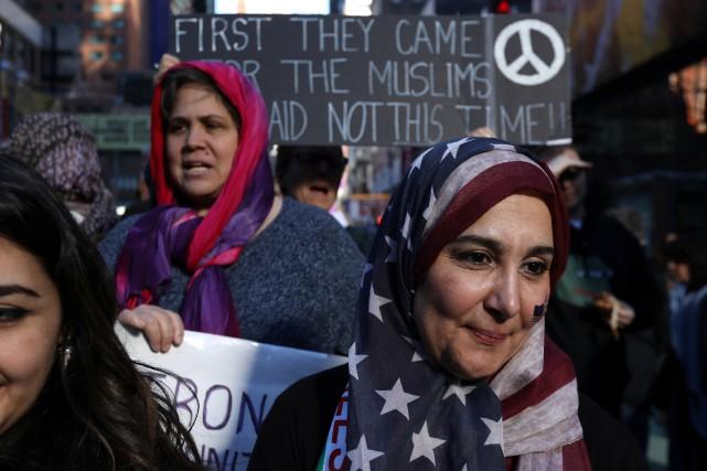 Une femme porte un hijab aux couleurs du... (Photo Carlo Allegri, REUTERS)