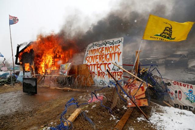 Les manifestants ont mis en feu à leur... (PHOTO REUTERS)