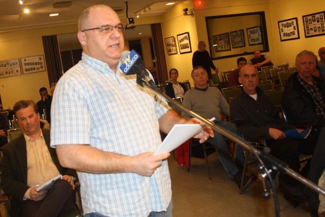 Le citoyen Steeve Cloutier a déposé une pétition... (La Tribune, Jean-François Gagnon)