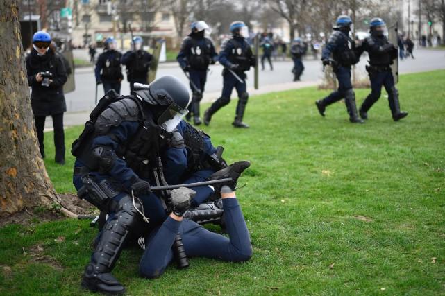 Selon la police, 11interpellations ont eu lieu en... (Photo Lionel Bonaventure, Agence France-Presse)