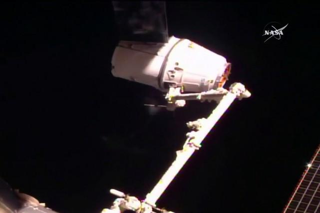 Un bras robotisé de la station, mis en... (NASA TV via AP)