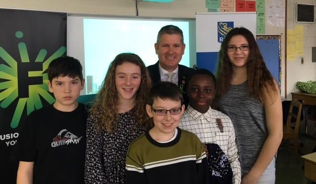 Martin Thibodeau en compagnie d'élèves de l'école Charles-Lemoyne... (Photo fournie par RBC)