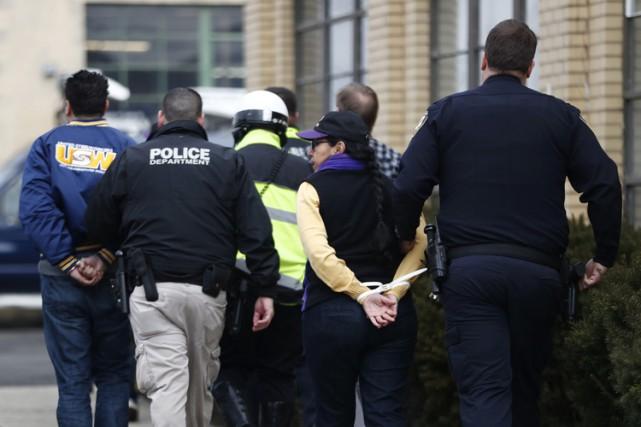 Des manifestants qui appuient les clandestins dans le... (PHOTO AP)