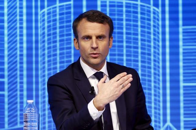 Emmanuel Macron tente d'élargir sa base électorale afin... (AP, François Mori)