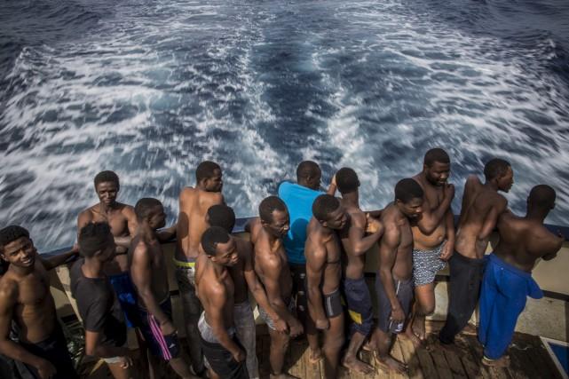 Environ 2500 migrants ont été sauvés en mer... (AP, Santi Palacios)