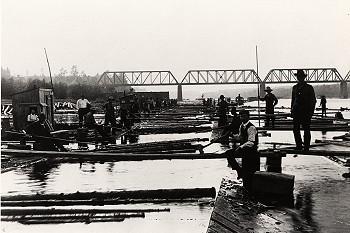 Un poste de triage des billots à Trois-Rivières... (CIEQ Collection René Hardy, N60-17)