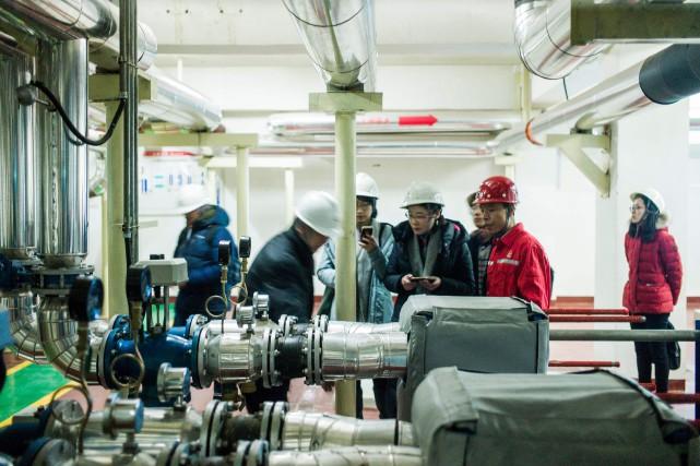 Des employés de Sinopec s'affairent à actionner une... (PHOTO Fred DUFOUR, AFP)