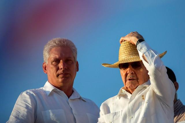 Le président cubain Raul Castro (à droite) et... (Photo Ramon Espinosa, archives AP)