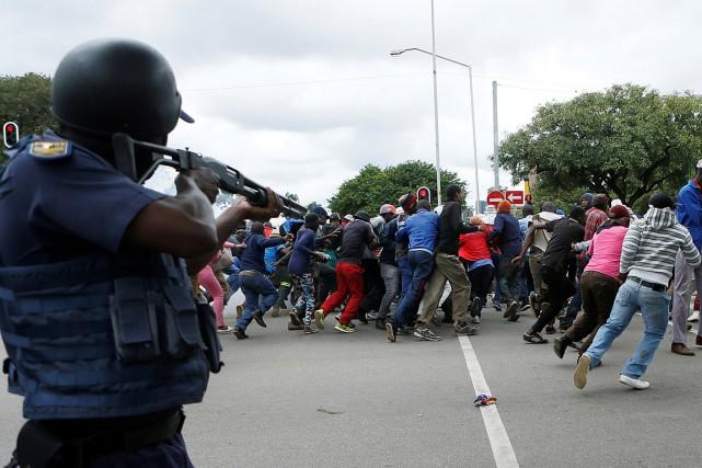 La police est intervenue en tirant des balles... (Photo Phill Magakoe, AFP)