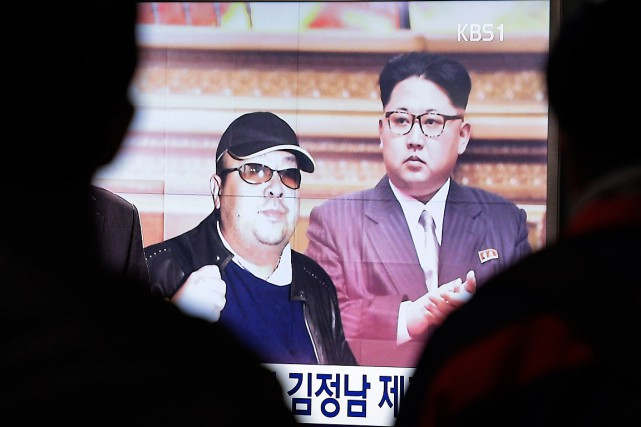Des photos du leader nord-coréen Kim Jong-Un (à... (Photo Ahn Young-joon, archives AP)