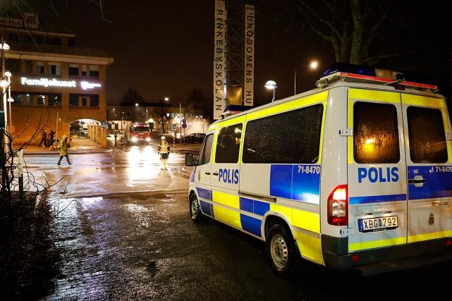Une voiture de police est stationnée à Rinkeby,... (Photo Christine Olsson, AP/TT)