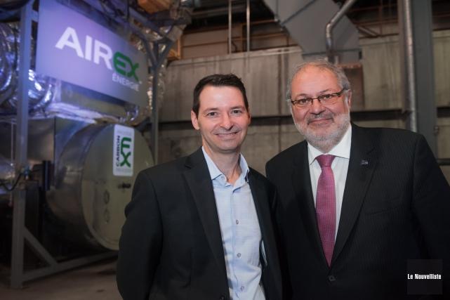 Le directeur d'Airex Énergie, Sylvain Bertrand, en compagnie... (Photo: Le Nouvelliste, François Gervais)
