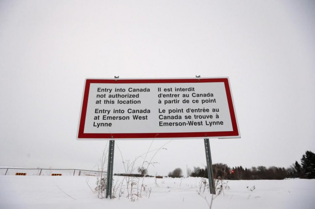 Un écriteau rappelant l'interdiction d'entrer au Canada sans... (PHOTO JOHN WOODS, LA PRESSE CANADIENNE)