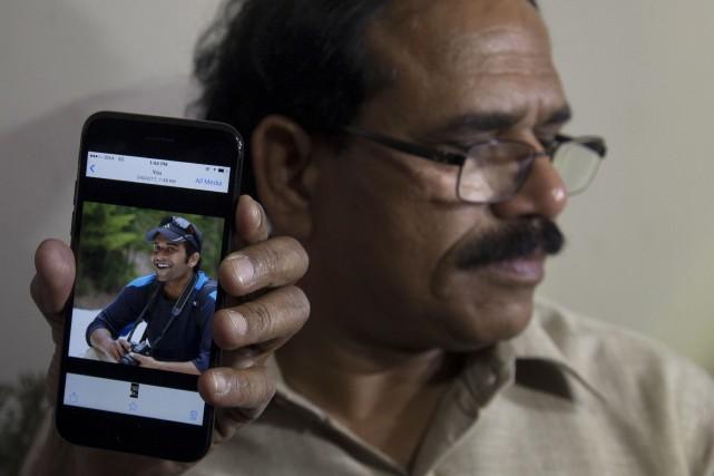 Jaganmohan Reddy montre aux médias une photo de... (AP, Mahesh Kumar A.)