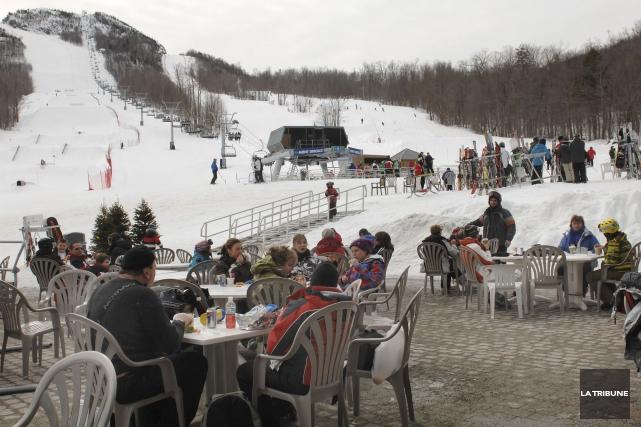 Les stations de ski de la région offrent... (Archives, La Tribune)