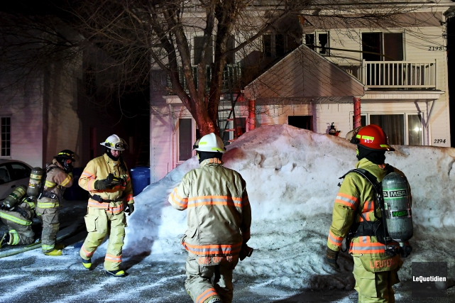 Un incendie s'est déclaré sur la rue Saint-Rémi... (Le Quotidien, Rocket Lavoie)