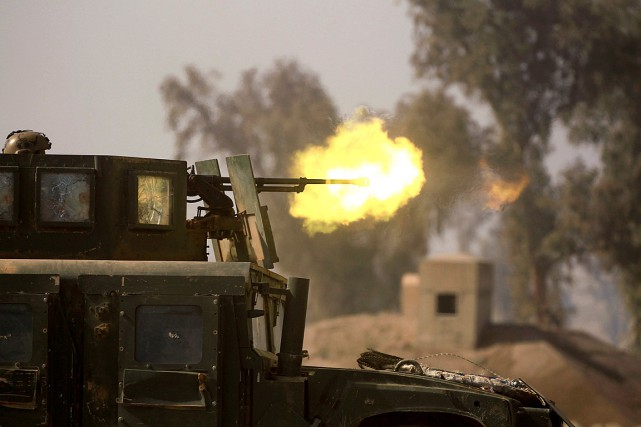 Des membres des forces armées irakiennes effectuent des... (PHOTO ZOHRA BENSEMRA, REUTERS)