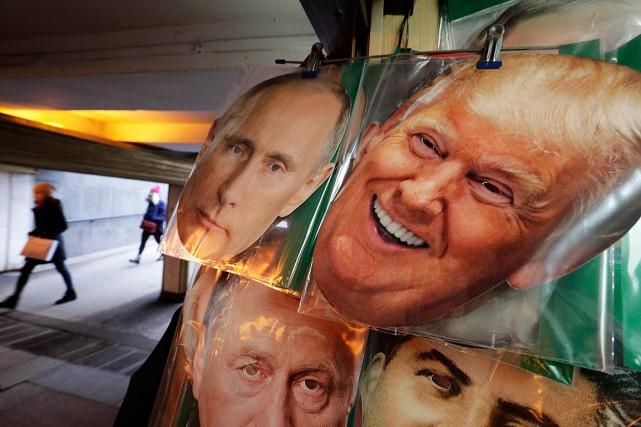 Des photos du président russe Vladimir Poutine et... (Photo Dmitri Lovetsky, archives AP)