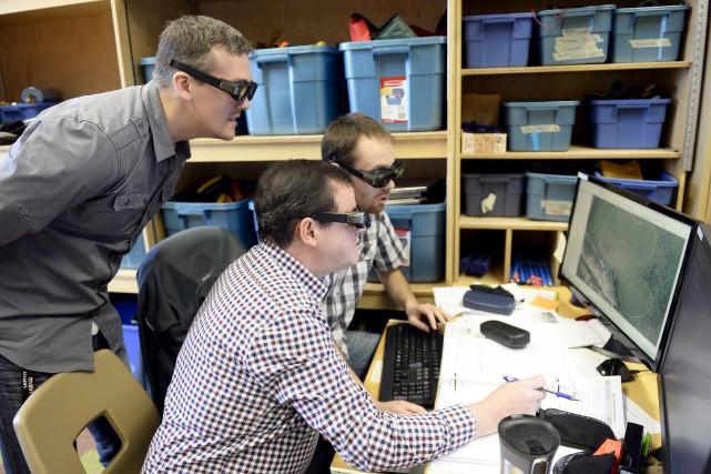 Munis de lunettes 3D, les étudiants inscrits en... (Le Progrès-Dimanche, Jeannot Lévesque)