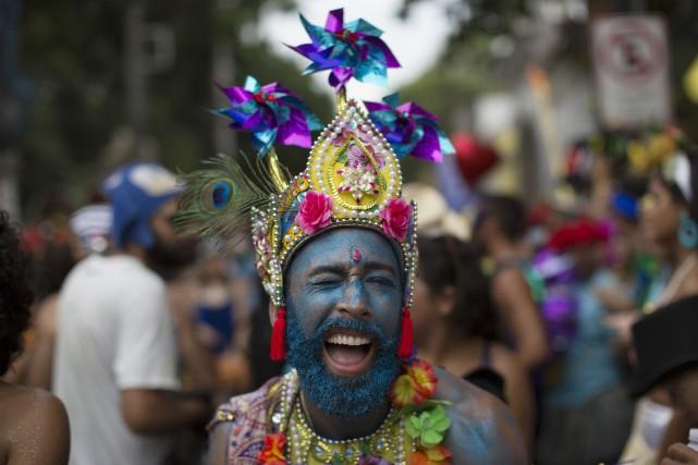 Dans la matinée, les «blocos», des défilés de... (Photo Leo Correa, AP)