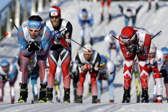Sergey Ustiugov et Martin JohnsrudSundby sont montés sur... (AP, Matthias Schrader)