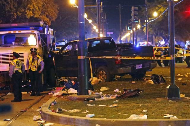 Des policiers se tiennent devant le camion qui... (AP, Gerald Herbert)