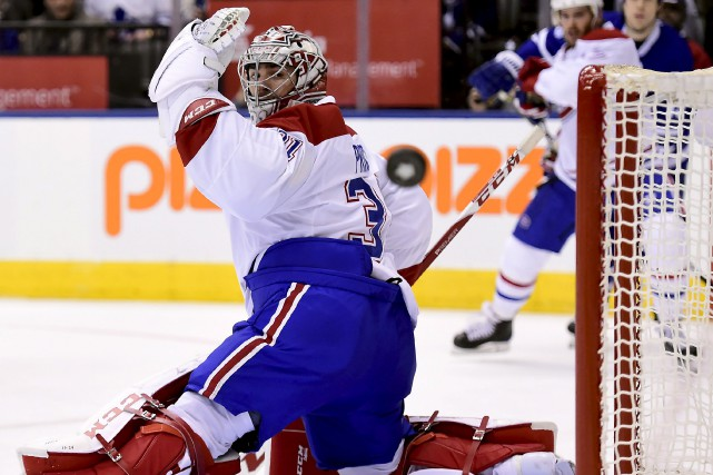 Carey Price regarde filer la rondelle loin de... (La Presse canadienne, Frank Gunn)