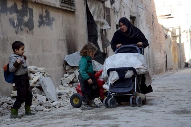 Oum Abdo marche avec ses enfants dans les... (AFP, Nazeer al-Khatib)