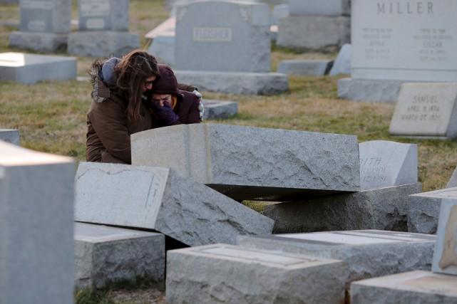 Melanie Steinhardt réconforte Becca Richman dans le cimetière... (AFP, Dominick Reuter)