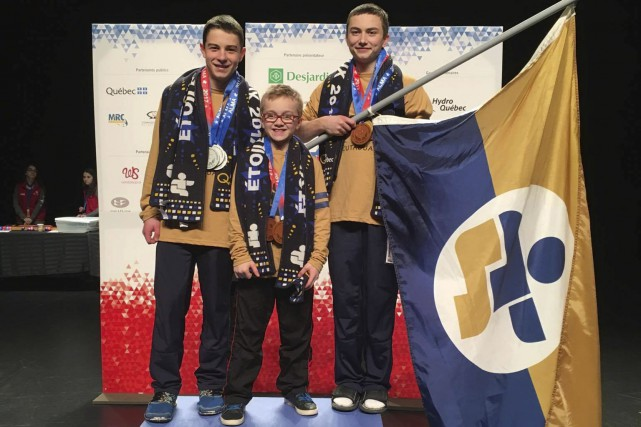 Le gymnaste Élie Sirois tient le drapeau de... (Photo courtoisie)