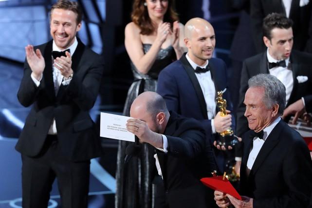 Jordan Horowitz tient le carton du meilleur film... (Photo Lucy Nicholson, Reuters)