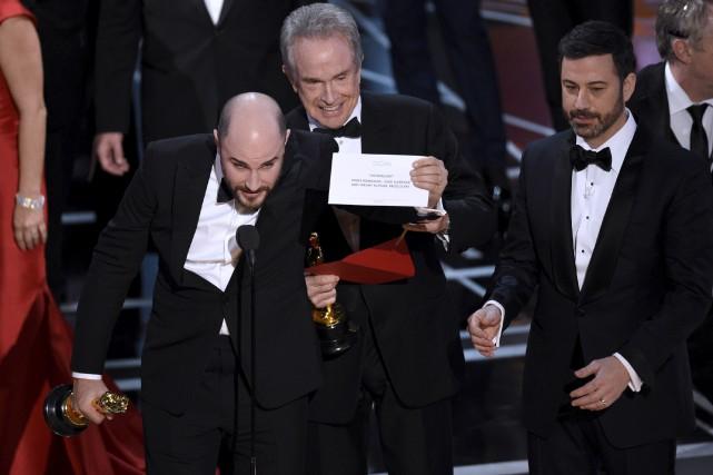 Jordan Horowitz tient le carton du meilleur film... (AP, Chris Pizzello)