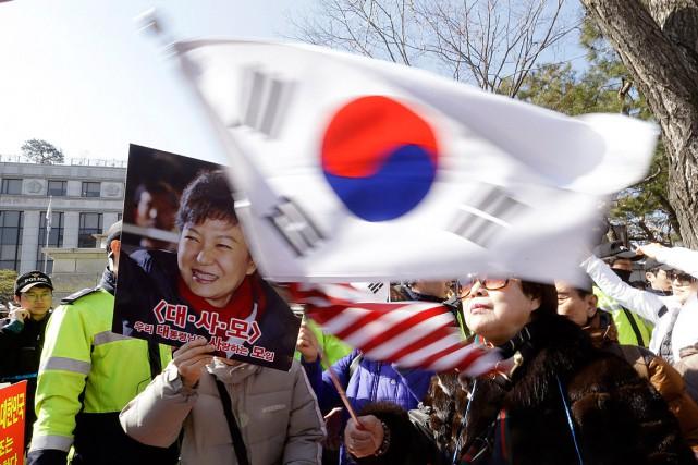 Des centaines de partisans de la présidente sud-coréenne... (Photo Ahn Young-joon, AP)