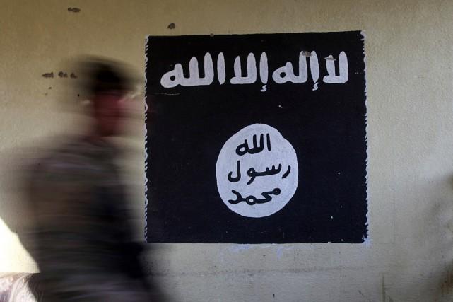 Un drapeau du groupe État islamique a été... (PHOTO ALAA AL-MARJANI, ARCHIVES REUTERS)