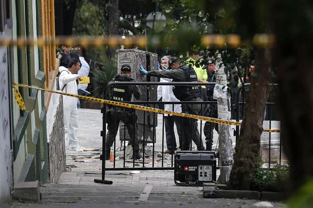 Des policiers inspectent le site d'une explosion liée... (PHOTO ARCHIVES AGENCE FRANCE-PRESSE)