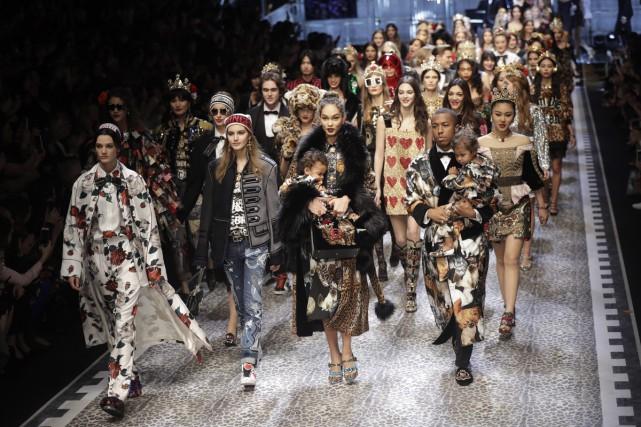 Dolce&Gabbana a fait défiler 99 stars des réseaux... (PHOTO AP)