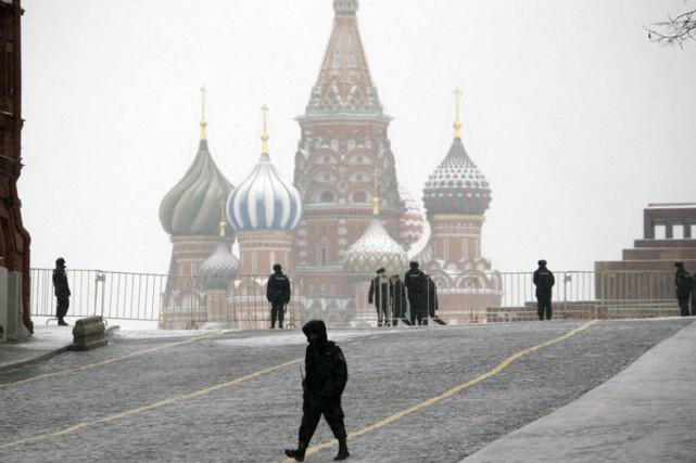 Des policiers patrouillent sur la place Rouge, à... (PHOTO AP)