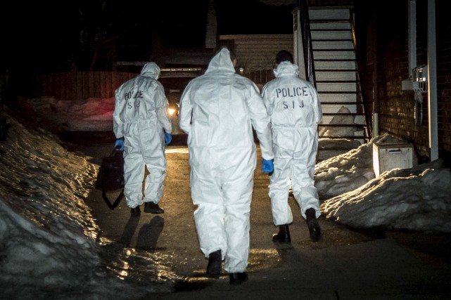 Les enquêteurs du SPVG inspectent les lieux.... (Simon Séguin-Bertrand, Le Droit)