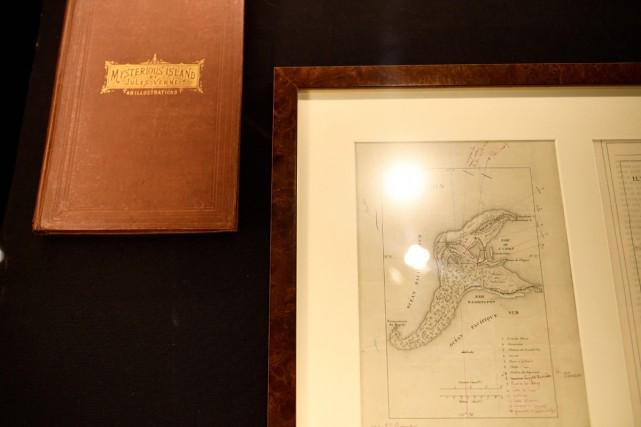 Dessinée de la main de Jules Verne, annotée à l'encre rouge et noire, la carte... (PHOTO AFP)