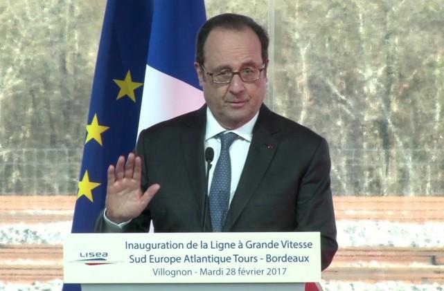 Selon des témoins, François Hollandea poursuivi son discours... (AP)