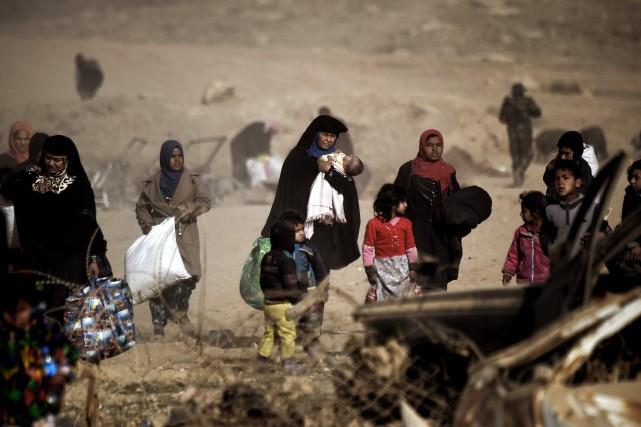 Au moins 16 000 personnes auraient été déplacées... (PHOTO ARIS MESSINIS, AFP)