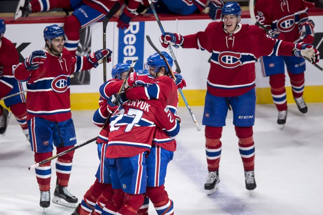 Alex Galchenyuk est félicité par ses coéquipiers après... (La Presse canadienne, Paul Chiasson)