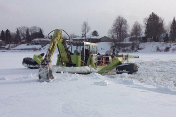 L'excavatrice flottante entre en scène sur la rivière Saint-François à... (Photo fournie)