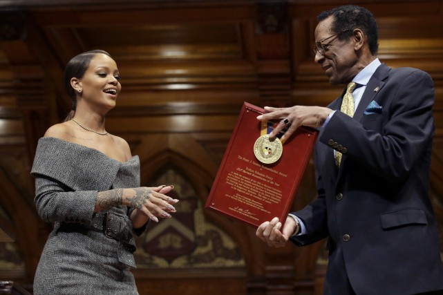 Rihanna reçoit son prix des mains d'Allen Counter,... (PHOTO AP)