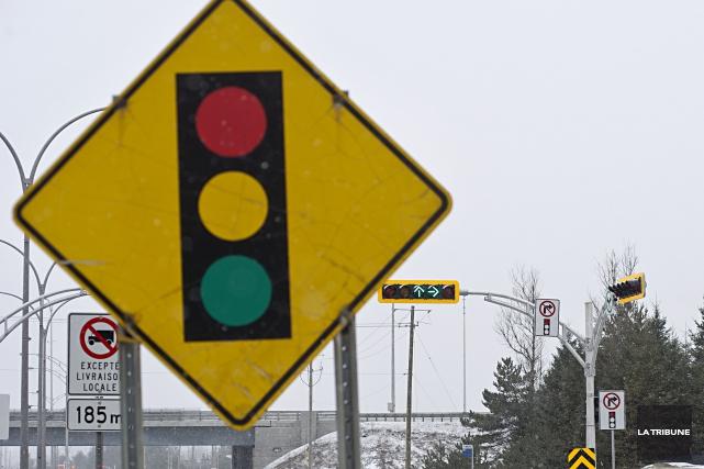 Les conducteurs qui brûlent les feux rouges et ne s'immobilisent pas aux arrêts... (Archives La Tribune)