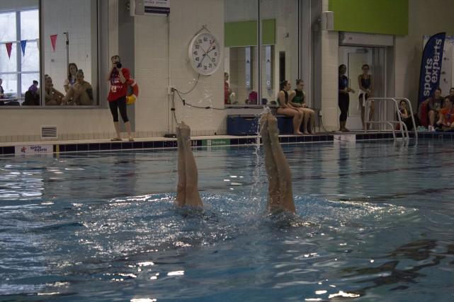 La nage synchronisée combine plusieurs disciplines comme la... (La Pige)