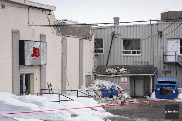L'effondrement du toit d'un bâtiment adjacent à la... (François Gervais, Le Nouvelliste)