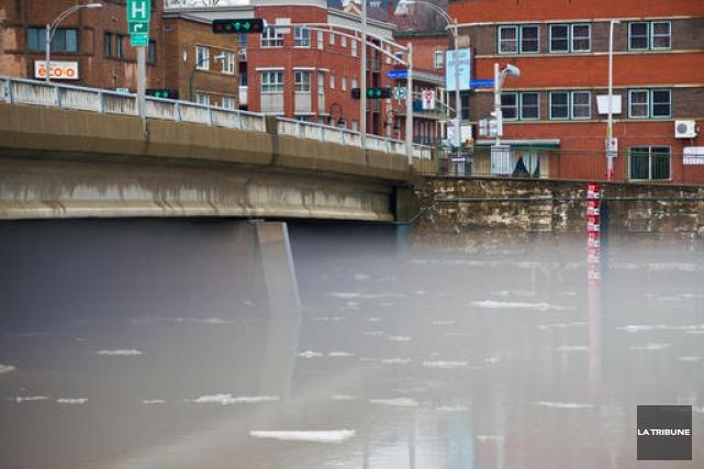 La pluie reçue mercredi et la fonte des neiges ont fait gonfler le niveau de la... (Archives La Tribune. Jessica Garneau)