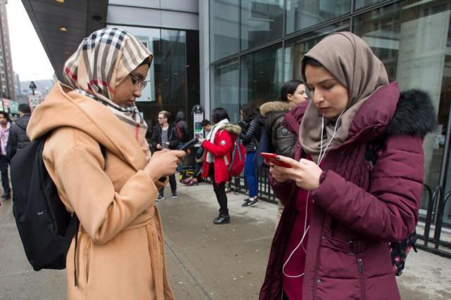 Deux étudiantes de Concordias'affairent sur leur téléphone cellulaire... (PHOTO PC)